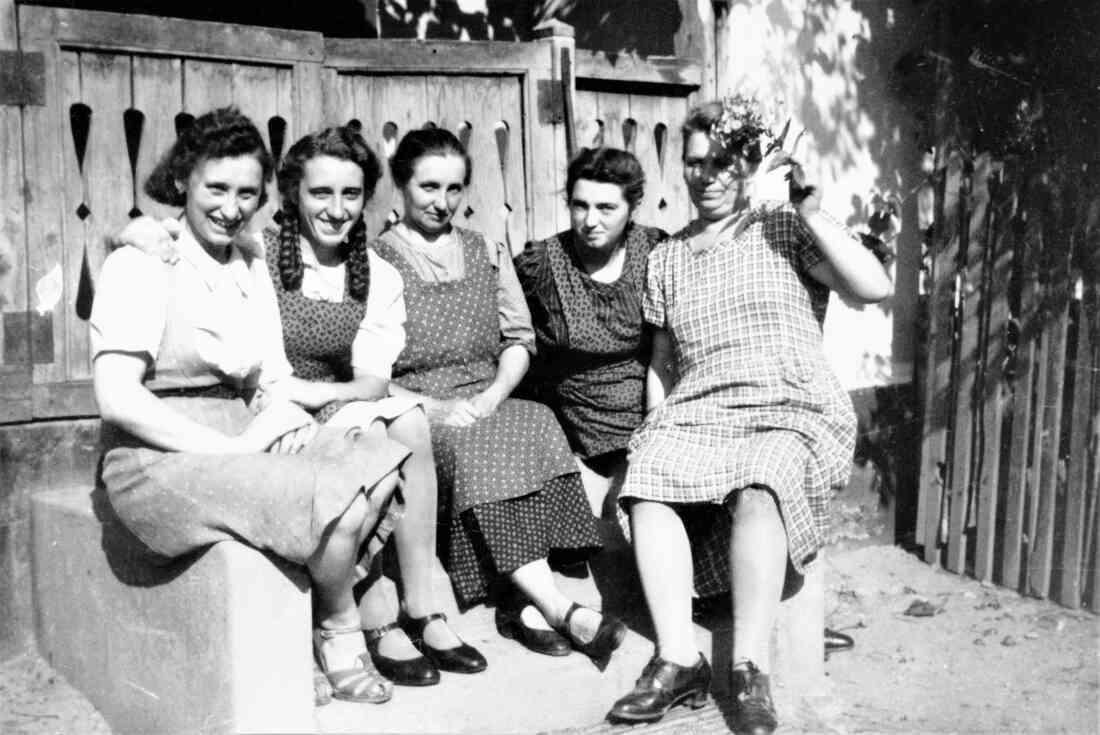 Damenrunde im Hof des Hauses Mondgasse 3