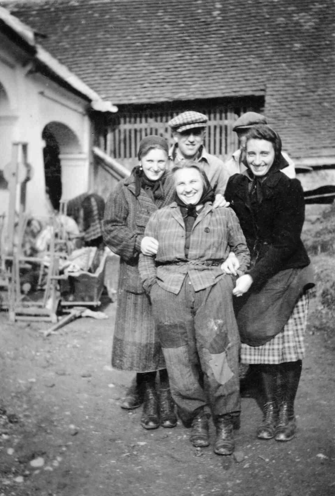 Gruppenbild im Hof des Hauses Sterngasse 3
