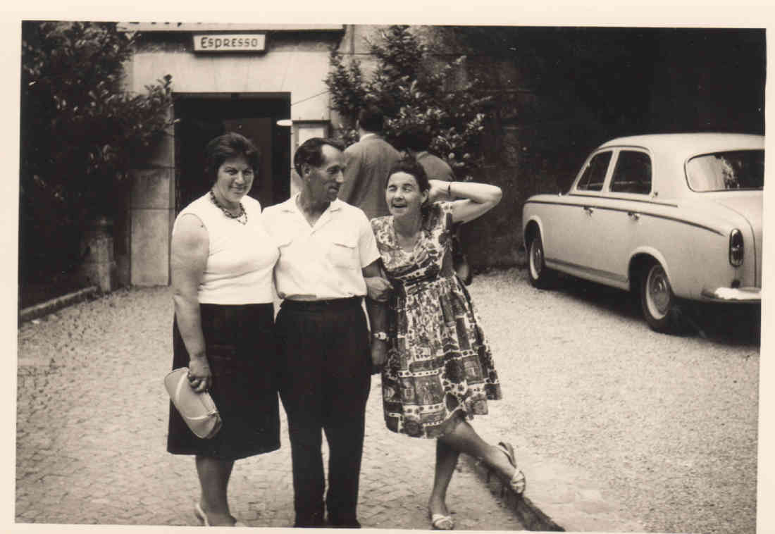"""Gisela Adorjan - gut gelaunt vor dem Cafe """"Expresso""""; - Original """"Gisela Adjoran having fun in front of the expresso cafe"""""""